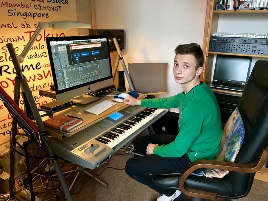 Воспитанник кобринского детского дома семейного типа №1 Александр Попов сочинил авторскую песню в стиле рэп и поздравил родителя-воспитателя с юбилеем.